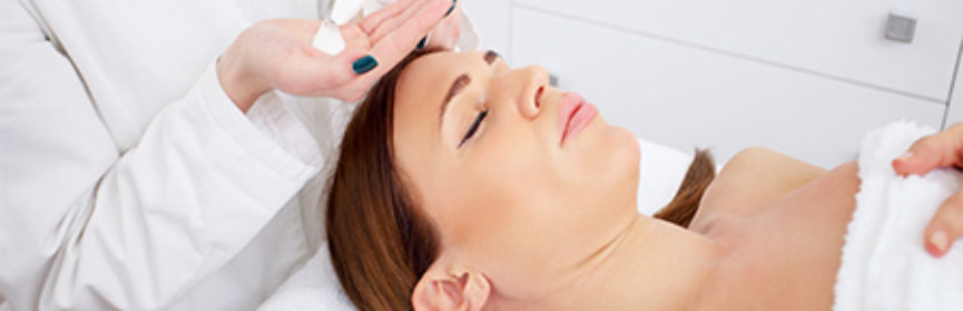 Esthetician-applying-a-facial-mask-on-client
